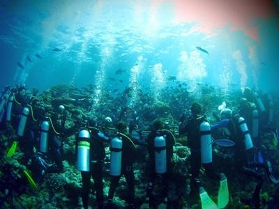 Projects Abroad Fiji Shark Conservation volunteers take part in a dive