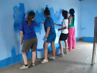 2 week volunteers painting in Ghana