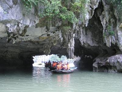 Projects Abroad Care & Community volunteers from Ambleside Guides Group in the UK take a trip in bamboo boat through caves at Halong Bay.